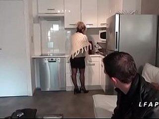 Maman cougar aux gros seins en underwear se fait ramoner comme une chienne