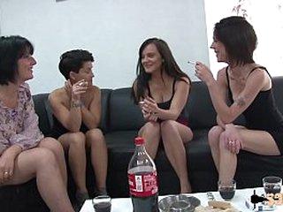 A quatre, elles testent faux-cocks et sodomie avec le livreur de sextoys