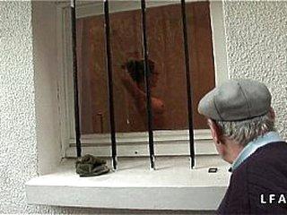 Jeune et jolie puny cockblowers se gauze un vieux pervers