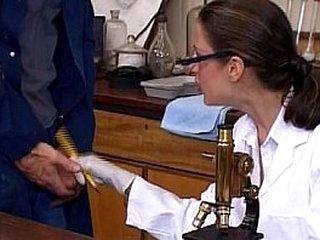 Une doctoresse coquine se gauze un enfoiré